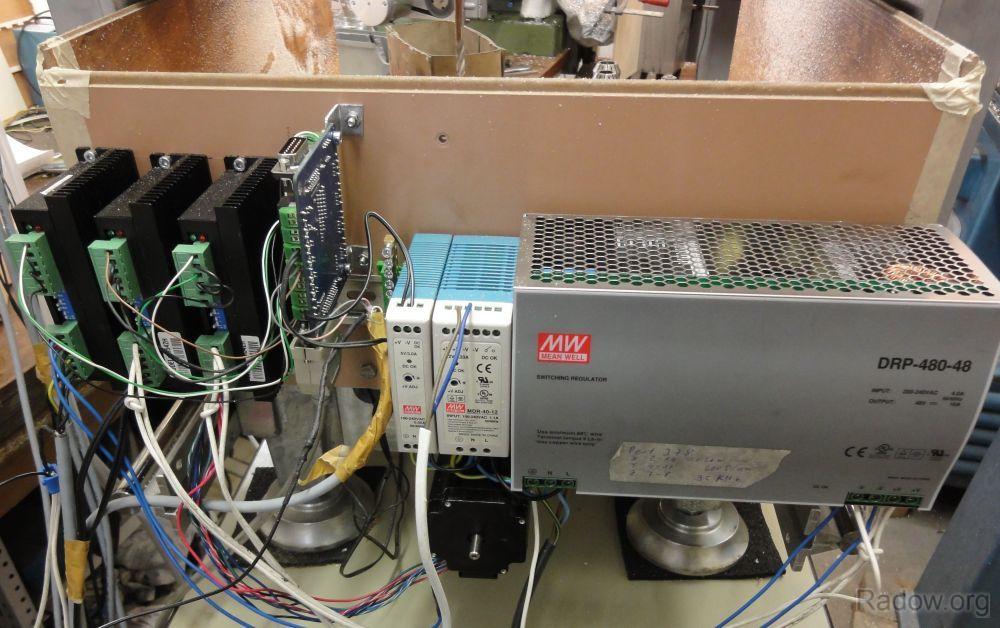 Layoutstudie des Schaltschranks mit Schrittmotorsteuerung und Netzteilen
