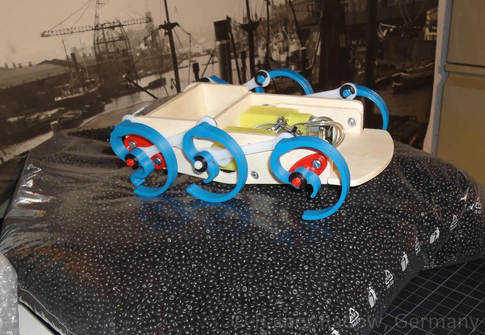 Wood-Walker Prototyp auf einem Beutel voll Kunststoffgranulat (Radow © 2014-08-07)