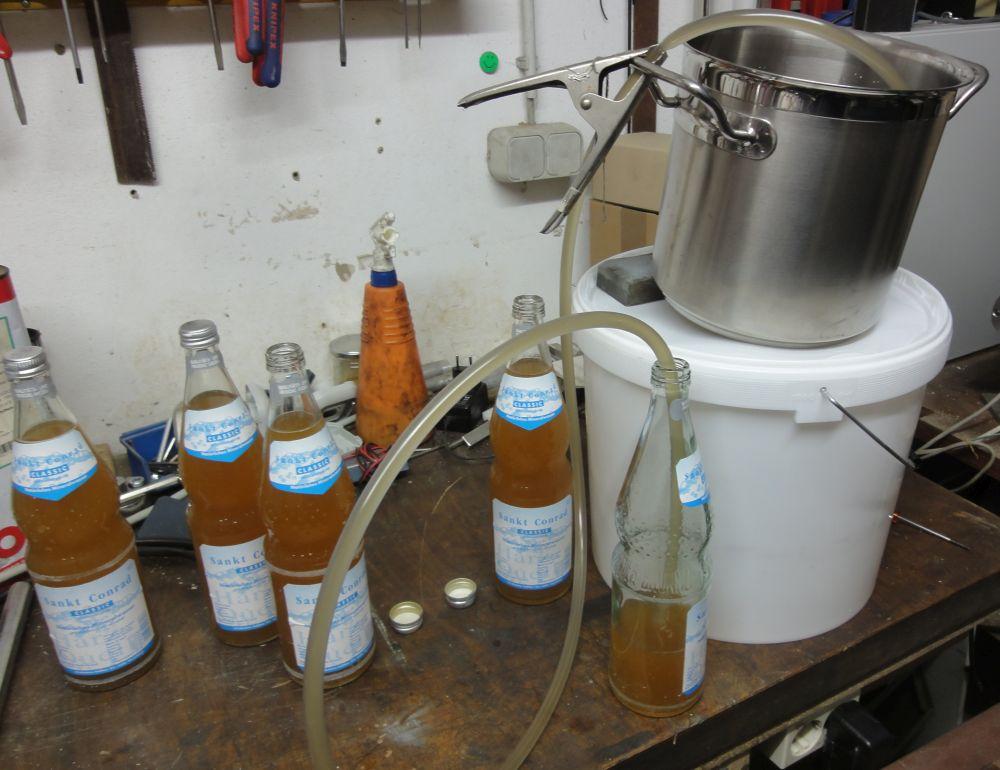 Abfüllen in keimfreie Mineralwasserflaschen