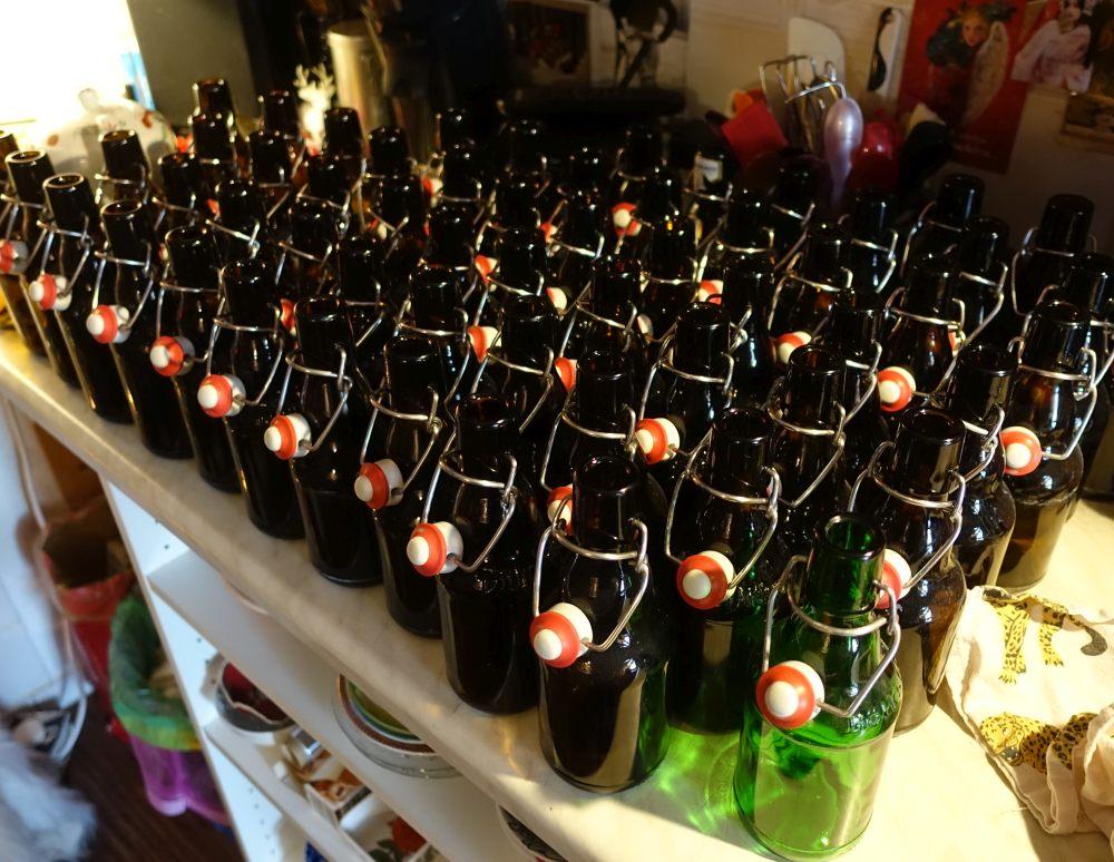 Gewaschene und entkeimte Flaschen warten auf das Schokoladenbier ©Radow 2018-10-02