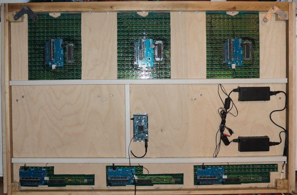 Rückseite des 63x38 Dot Moduls, 6x wwFlip Schaltung incl. Arduino Nano, 1x Arduino Mega, 2x Netzteil 13,5 Volt