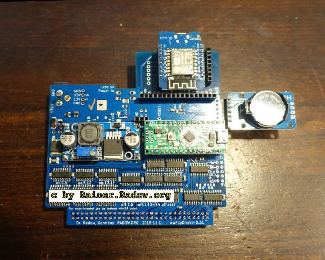 Die Flip-Dot Steuerungsplatine wwFlipDirekt-0.31 kann bis zu 4 BROSE Dot-Module ansprechen. Die ESP8266 Anbindung ist aktuell noch nicht unterstützt. Rechts kann bei Bedarf ein Uhrenmodul angesteckt werden.
